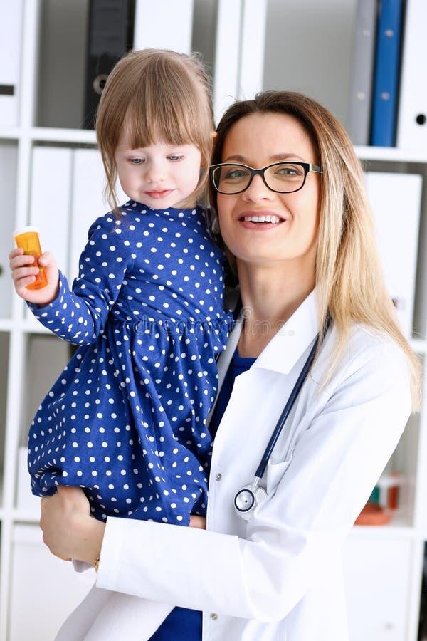 有母亲的小孩儿科医生招待会的 库存图片