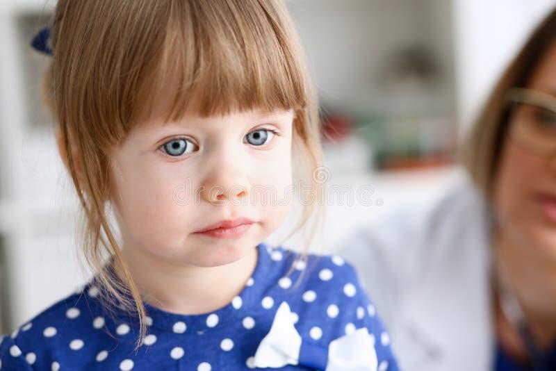 有母亲的小孩儿科医生招待会的 免版税库存图片