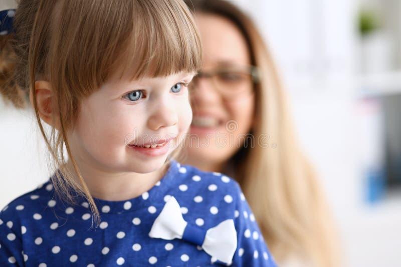 有母亲的小孩儿科医生招待会的 免版税图库摄影