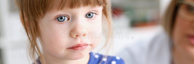 有母亲的小孩儿科医生招待会的 图库摄影