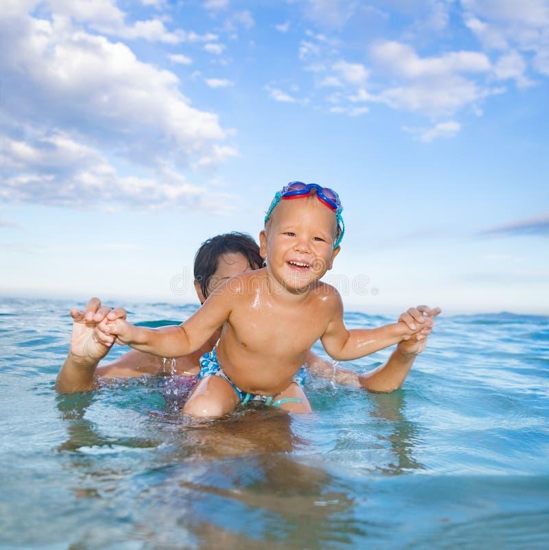 有母亲的男孩在海 库存照片