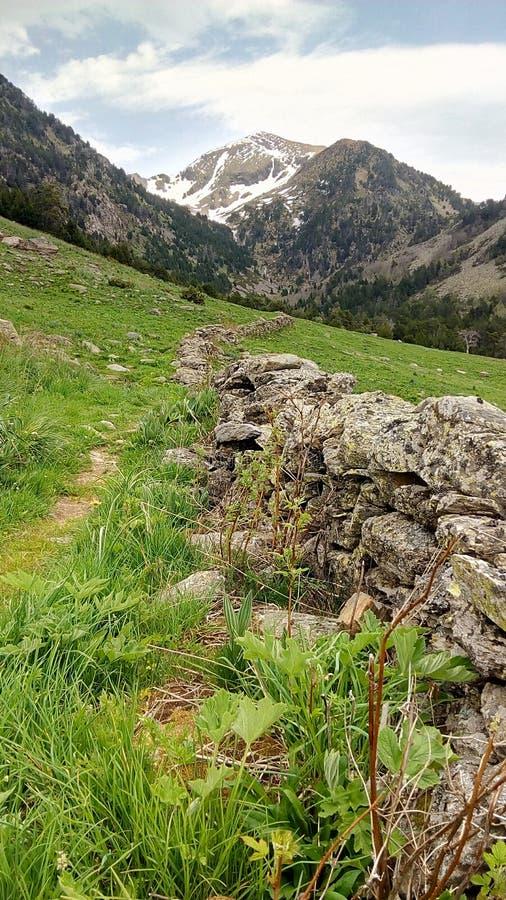 有比利牛斯山的石块墙 图库摄影