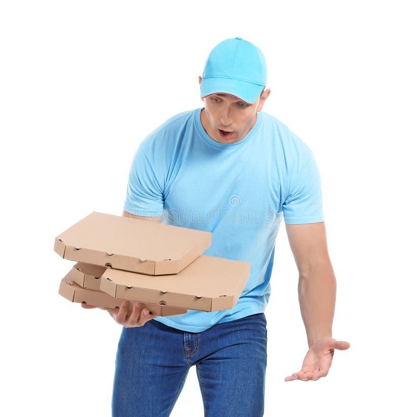 有比萨箱子的笨拙的送货人在白色背景 库存照片