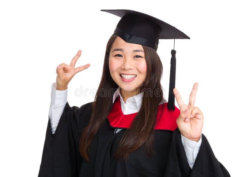 有毕业褂子的愉快的女孩 免版税库存图片