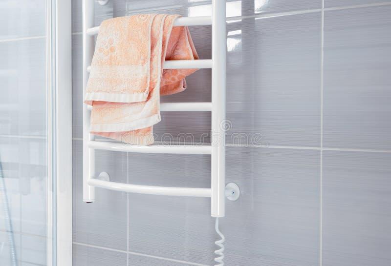 有毛巾温暖的机架的阵雨墙壁 库存照片