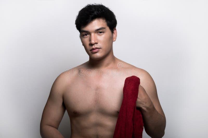 有毛巾的亚裔人在手上 免版税库存图片