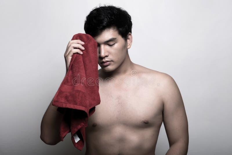 有毛巾的亚裔人在手上 库存图片
