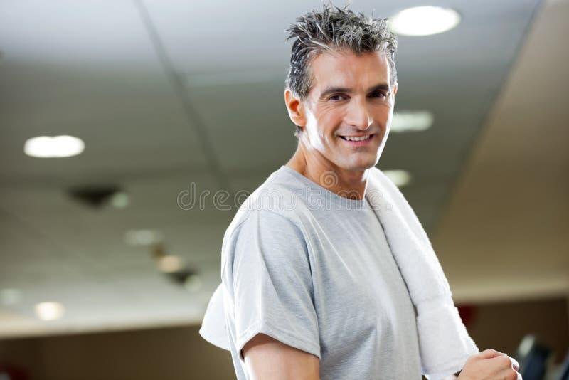 有毛巾的人在健身俱乐部 库存图片