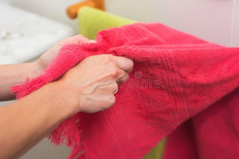 有毛巾的妇女干燥手 免版税库存照片