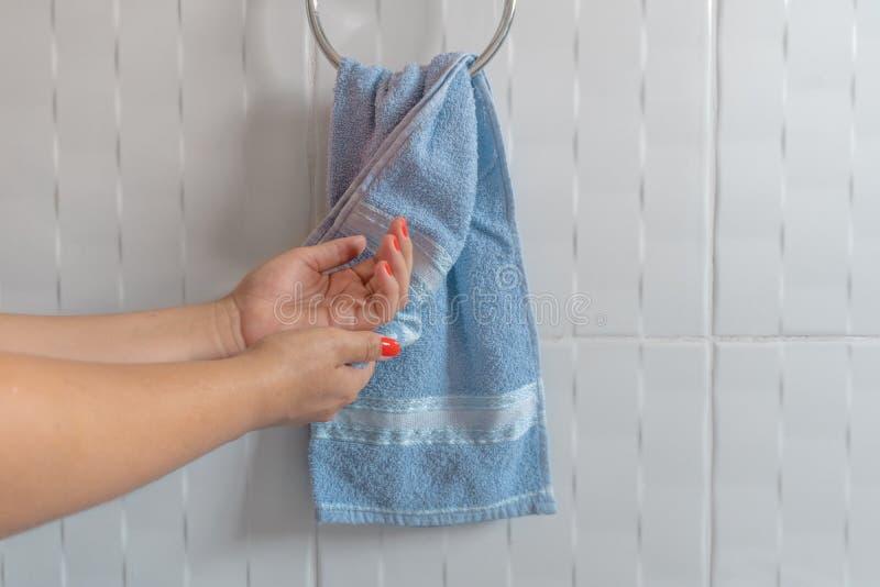有毛巾的妇女干燥手 库存照片