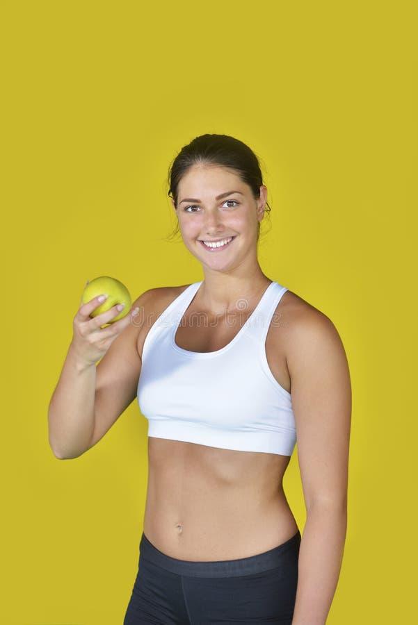有毛巾的活跃运动嬉戏妇女在体育成套装备吃 库存图片