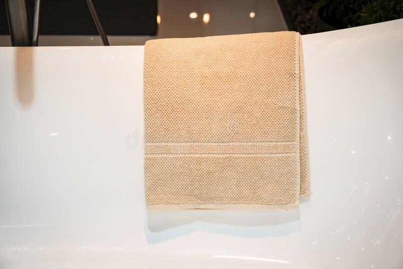 有毛巾的白色浴缸 库存照片