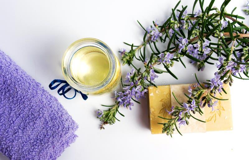 有毛巾的罗斯玛丽植物自然肥皂 免版税库存图片