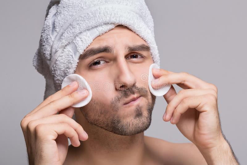 有毛巾的英俊的人在顶头清洁面孔 免版税库存图片