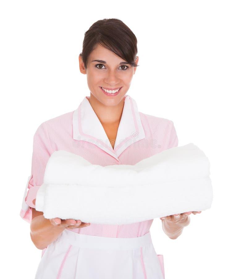 有毛巾的年轻女性佣人 库存照片
