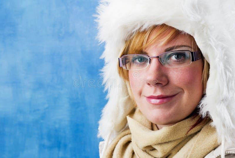 有毛皮盖帽的少妇 免版税库存图片