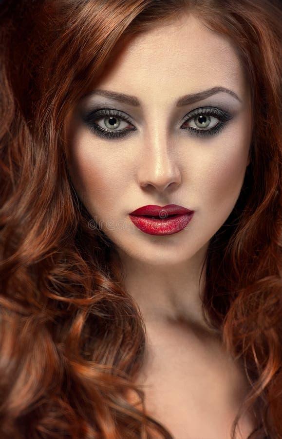 有毫华红色头发的美丽的妇女 库存照片