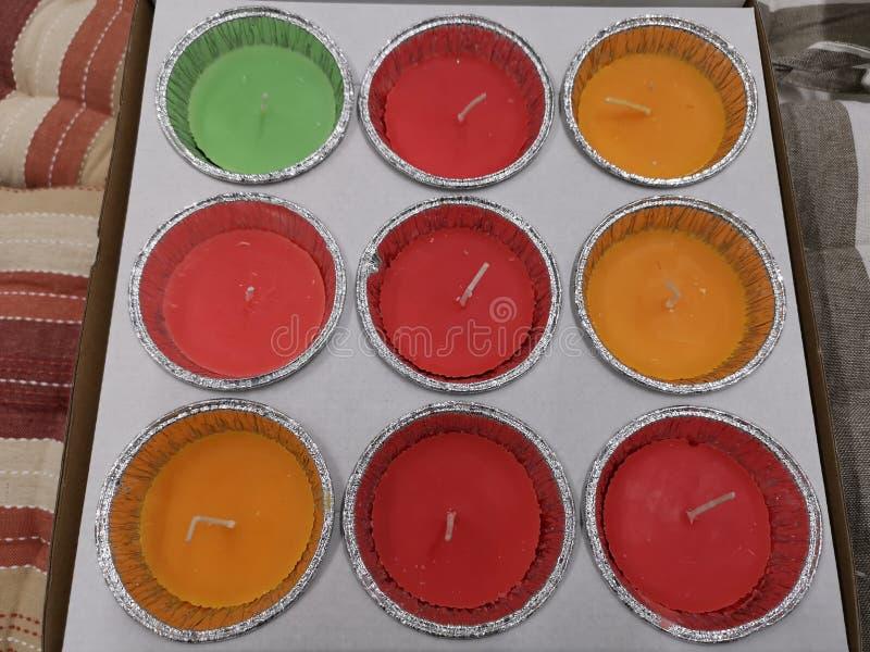 有气味的蜡烛在staniol -包裹的不同颜色 免版税库存图片