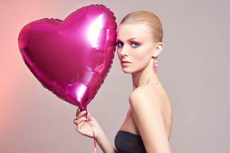 有气球心脏的妇女 构成 库存照片