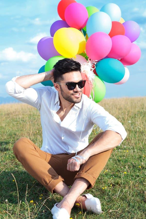 有气球抓痕头的安装的偶然人 图库摄影