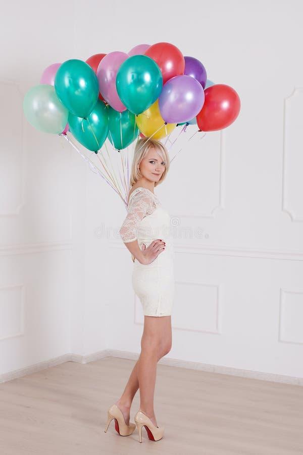 有气球的妇女在情人节 免版税库存照片
