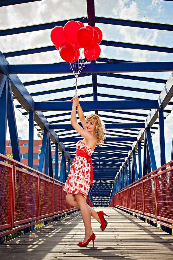 有气球的妇女在桥梁 免版税库存照片