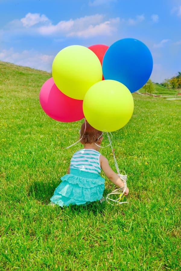 有气球的小孩 免版税库存照片