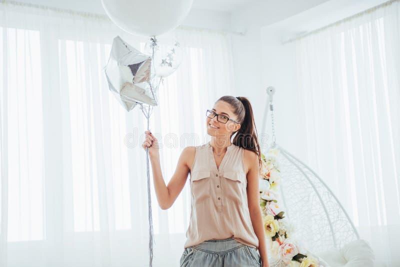 有气球的时尚照片美丽的妇女 摆在水的背景女孩 照片演播室 免版税图库摄影