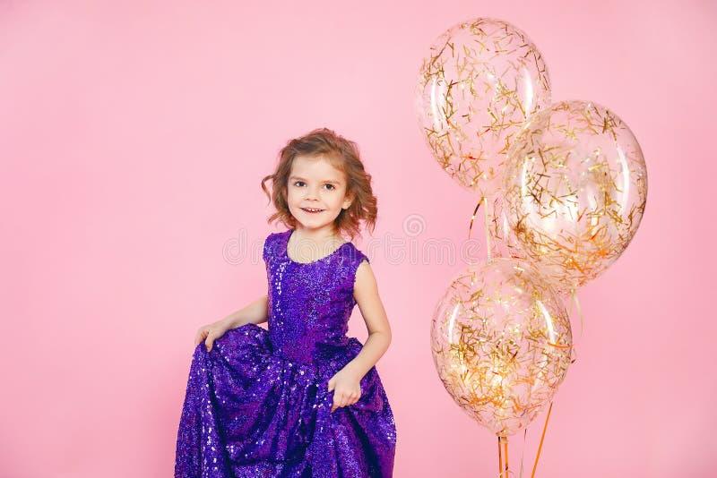 有气球的欢乐的小女孩 免版税库存照片