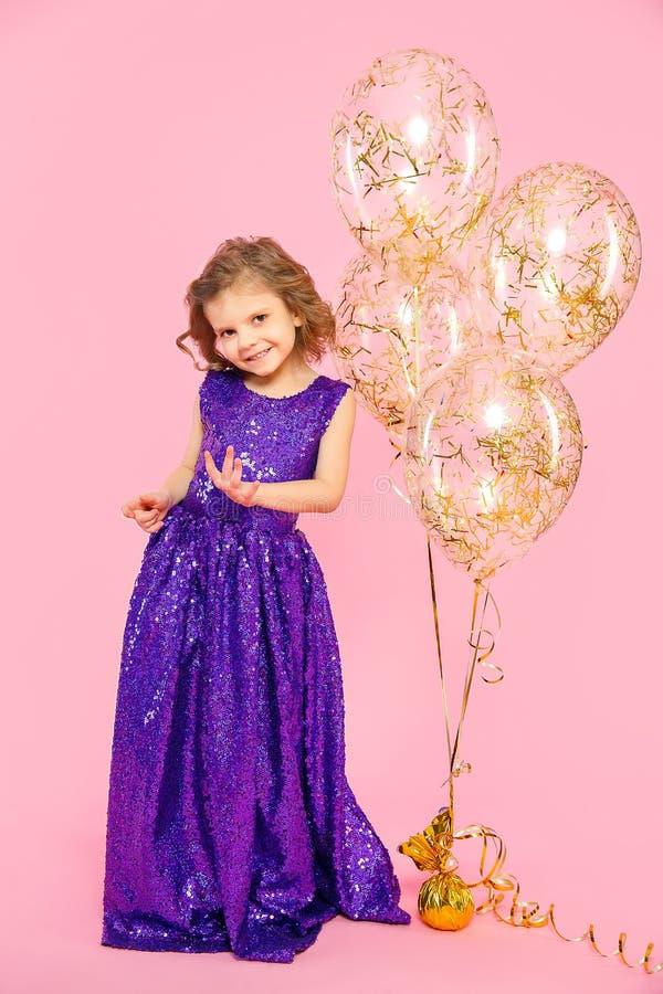 有气球的欢乐的小女孩 免版税库存图片