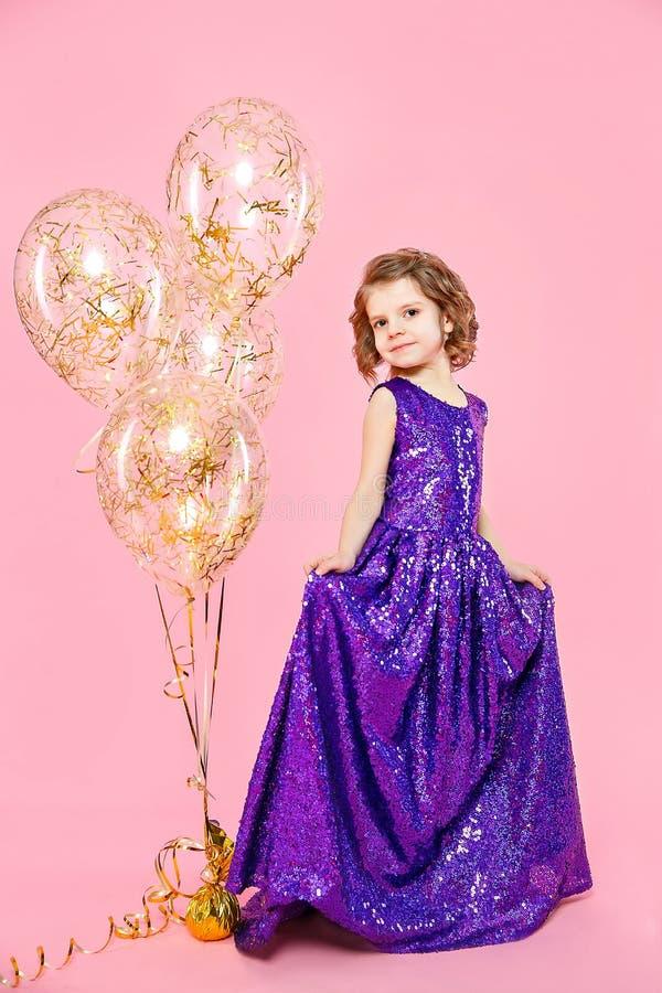 有气球的欢乐的小女孩 库存照片