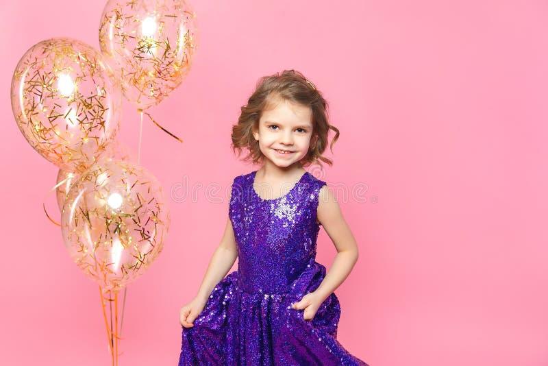 有气球的欢乐的小女孩 库存图片