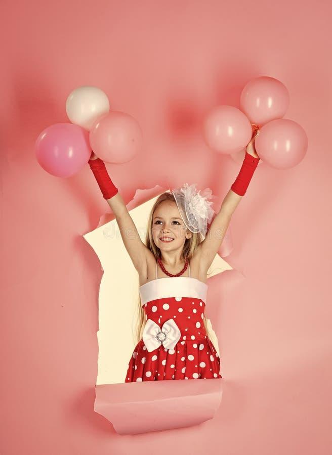 有气球的美丽的小女孩在桃红色演播室 儿童童年儿童幸福概念 免版税库存图片