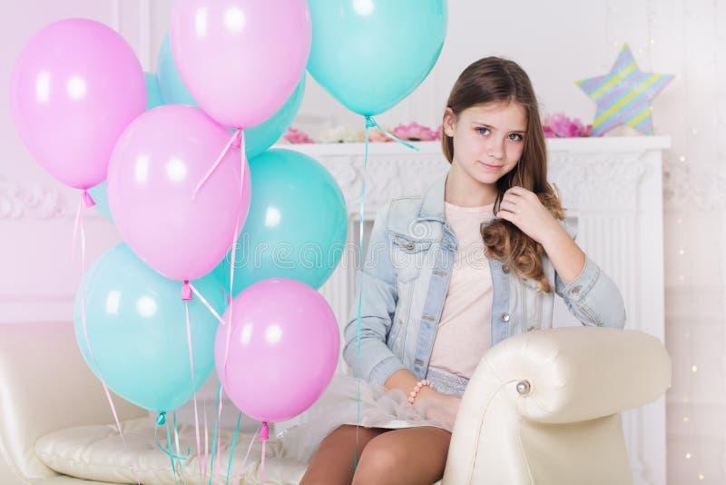 有气球的美丽的小女孩 免版税库存照片