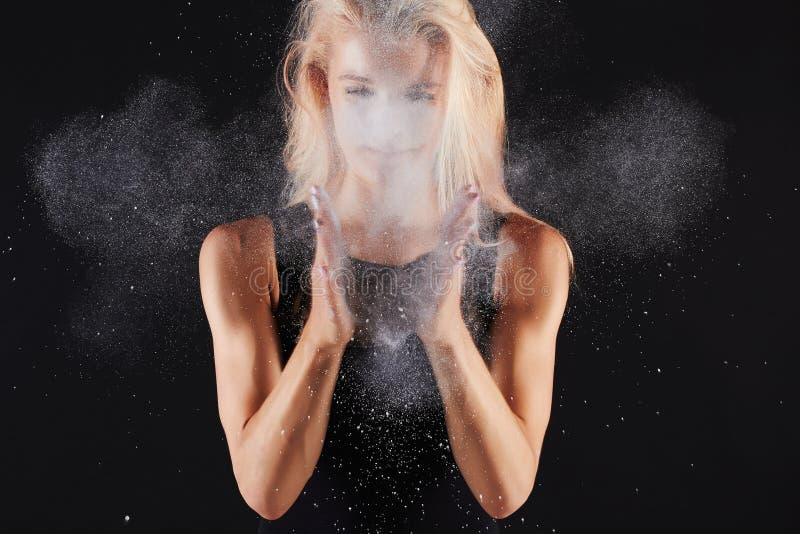 有氧化镁粉末的美丽的体育女孩 免版税库存照片