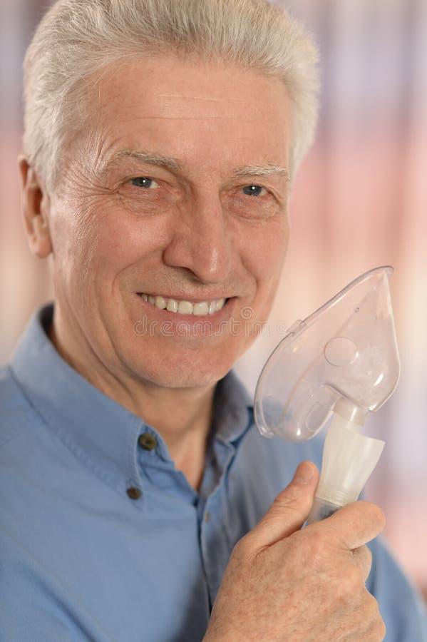 有氧气面罩的成熟人 库存图片
