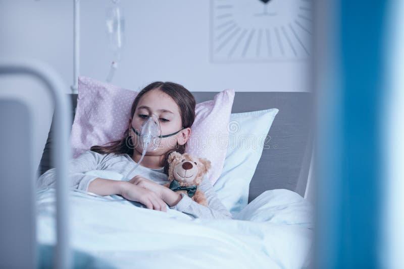有氧气面罩的病的孩子 免版税库存照片