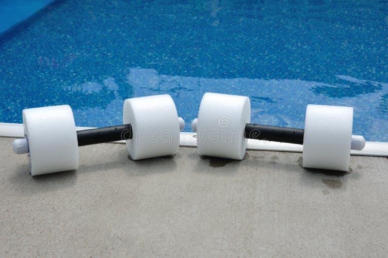 有氧运动哑铃对水 免版税库存照片