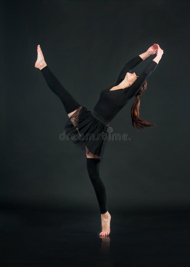 有氧运动行使在黑背景的健身妇女 免版税库存图片