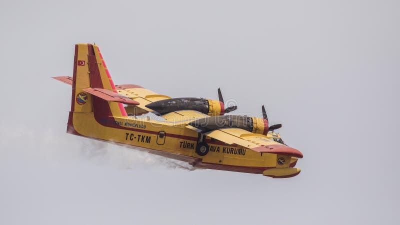 有水下落的消火飞机 库存照片