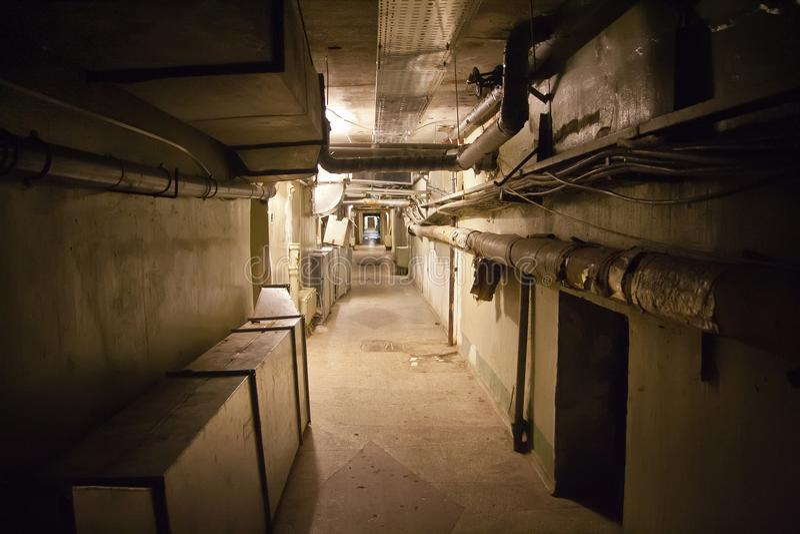 有水加热的地下地窖用管道输送并且缚住 免版税库存照片