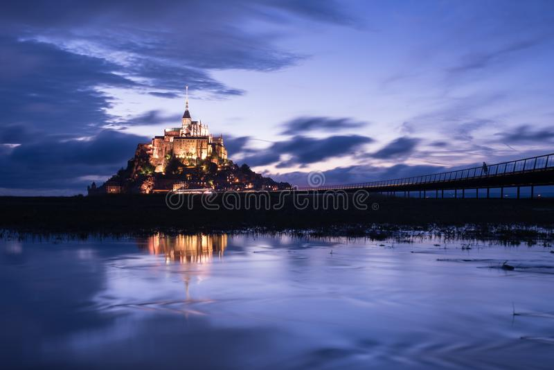有水反射的Mont St米谢尔在夜间期间 免版税库存照片