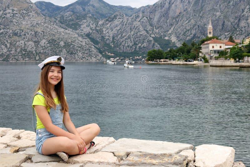 有水手帽子的十几岁的女孩在度假暑假 免版税库存图片