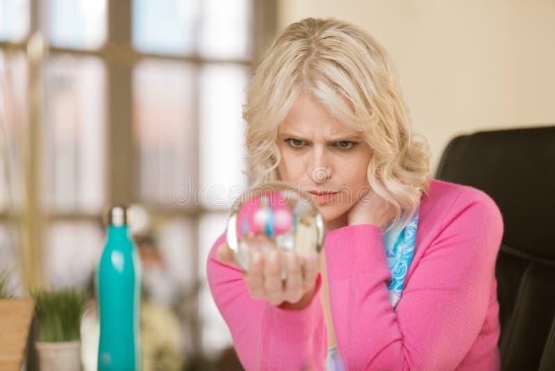 有水晶球的职业妇女 免版税库存照片