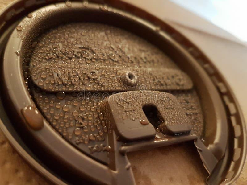 有水滴的咖啡杯盒盖 库存图片