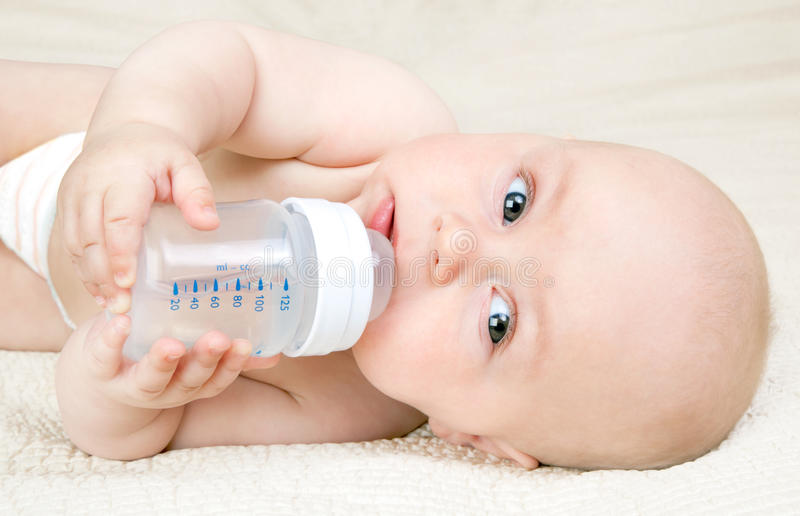 有水瓶的婴孩 免版税库存图片