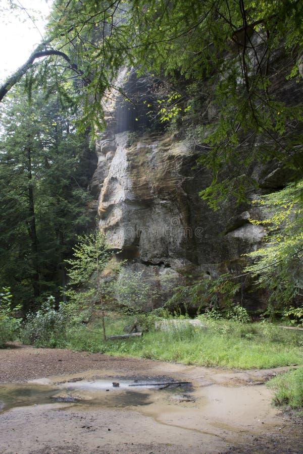 有水落的岩石墙壁 免版税库存图片