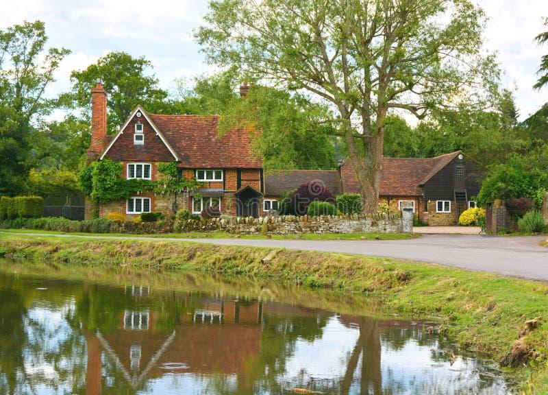 有池塘的乡间别墅 库存图片
