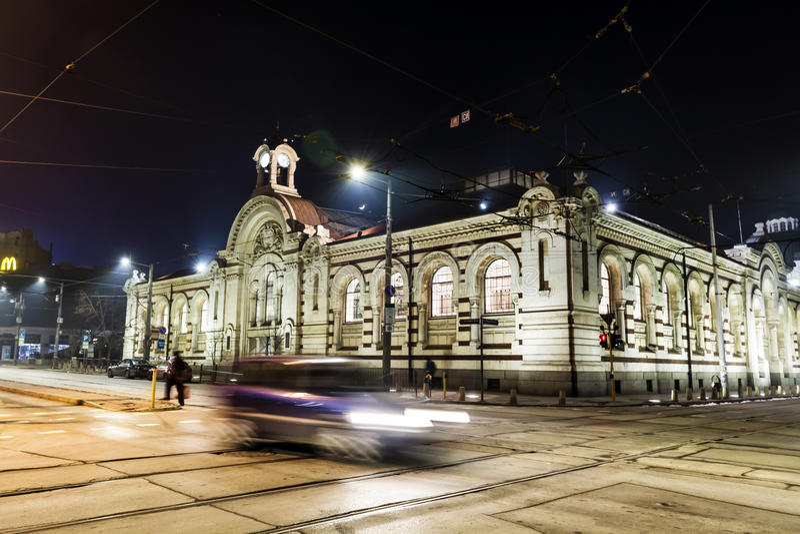 有汽车光的夜街道在索非亚,保加利亚落后 库存图片