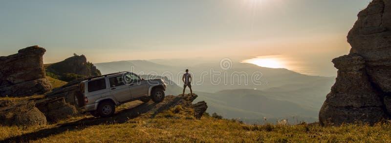有汽车的人在秀丽自然风景背景 免版税图库摄影